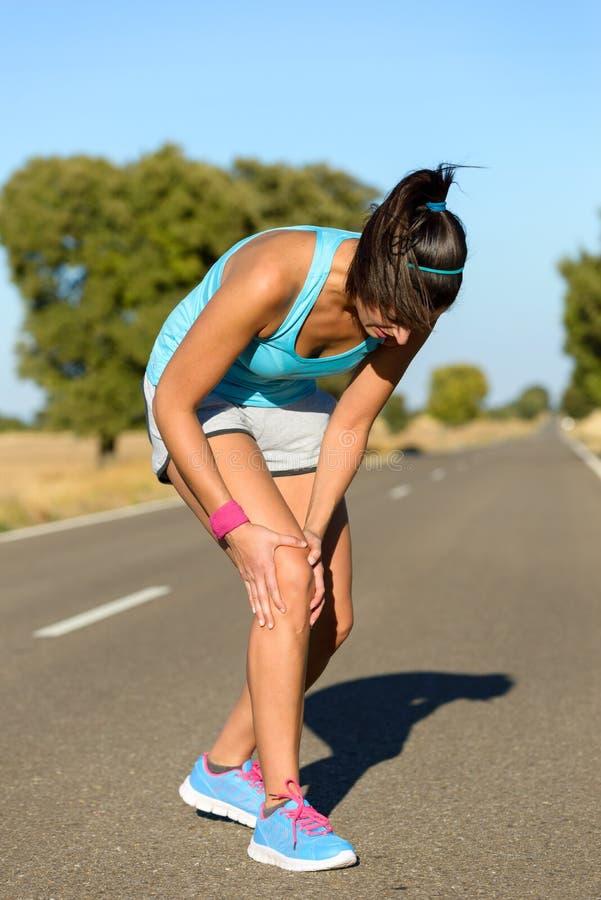 Lesión de rodilla y dolor corrientes foto de archivo libre de regalías