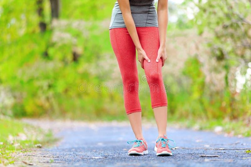 Lesión del músculo de los deportes del muslo femenino del corredor imagen de archivo libre de regalías