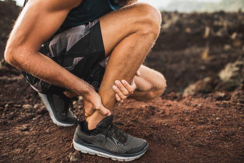 Lesione di Achille sull'correre all'aperto fotografia stock
