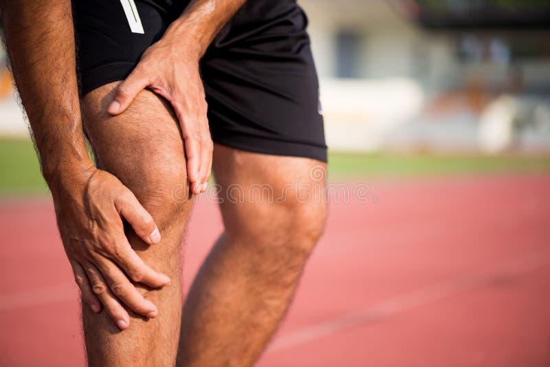 Lesiones de rodilla Concepto de la atención sanitaria y del deporte imagen de archivo libre de regalías
