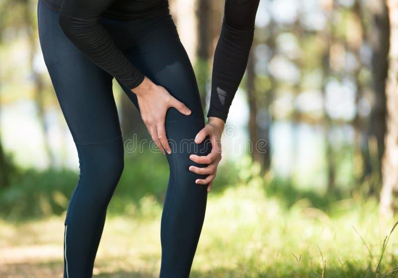Lesiones - deportes que corren la lesión de rodilla en hombre imagen de archivo