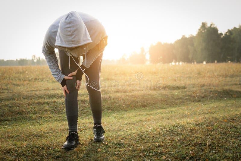Lesiones - deportes que corren la lesión de rodilla en mujer fotografía de archivo libre de regalías