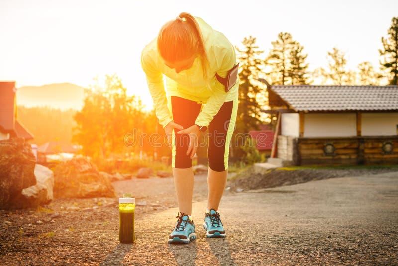 Lesiones - deportes que corren la lesión de rodilla en mujer fotos de archivo libres de regalías