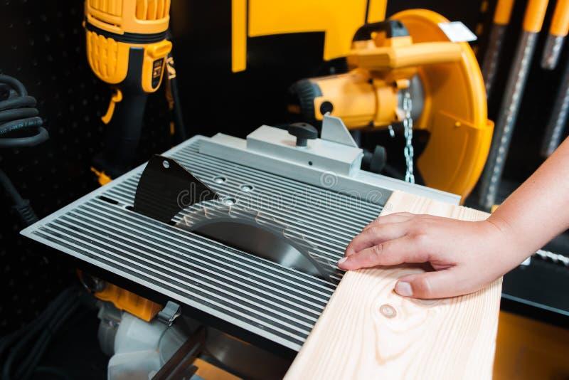Lesiones (trabajo peligroso) en la fabricación de la carpintería imagenes de archivo