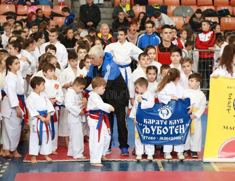 Leskovac, Serbia Srbija IPPON INTERNAZIONALE di KARATÈ del 25 novembre APRE 2018: Concorsi di sport dei bambini di karatè nella p immagine stock