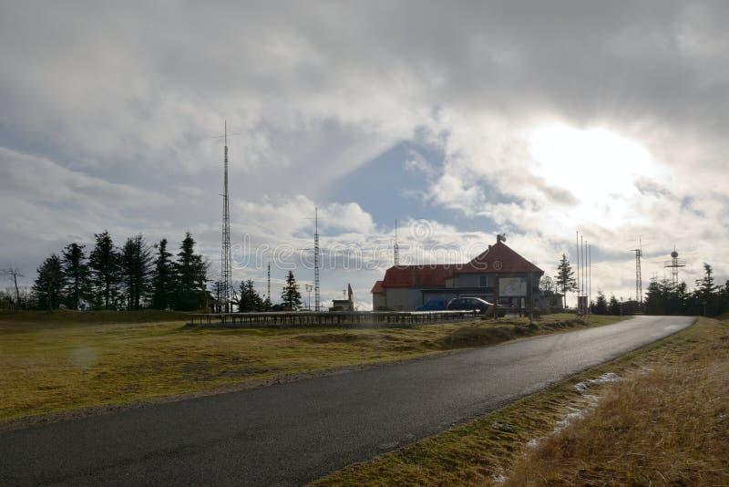 Lesna, Tschechische Republik - 8. Dezember 2018: Ferienort in hory Bergen Krusne während der Anfangschneefälle lizenzfreies stockbild
