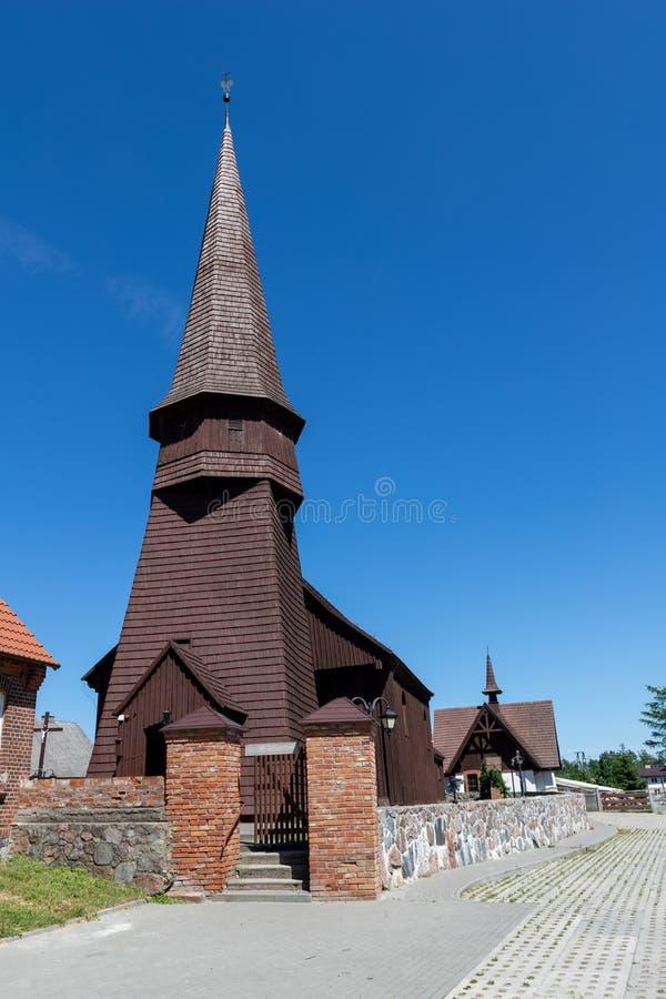 Lesno Pomorski Voivodeship, Polska, Czerwiec,/- 14, 2019: Stary historyczny drewniany kościół w małej wiosce Chrześcijańska świąt obraz stock