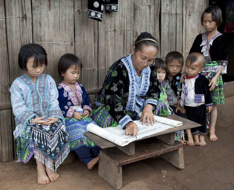 Lessen met kinderen etnische groep Meo, Azië royalty-vrije stock foto's