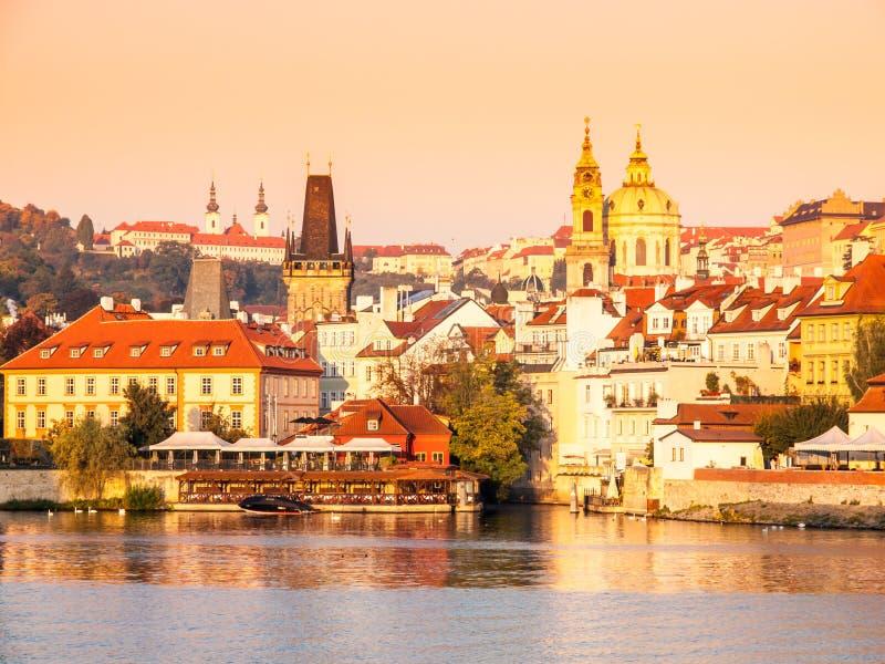 Lesser miasteczko Praga z St Nicholas katedrą i Vltava rzeką, Praga, republika czech zdjęcie stock