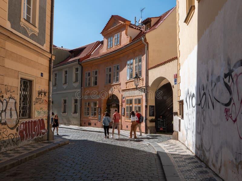 Lesser Town van de Straatscène van Praag met Toeristen en Oude Gebouwen royalty-vrije stock fotografie