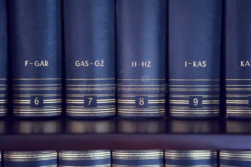 Lessico su uno scaffale per libri immagini stock