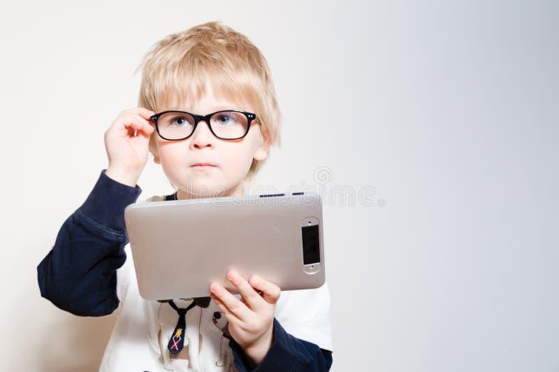 Lesung des kleinen Jungen auf Tabletten-PC-Computer lizenzfreies stockbild