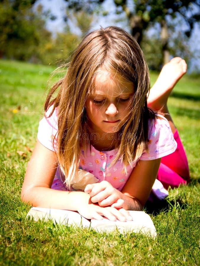 Lesung des kleinen Mädchens lizenzfreie stockfotografie