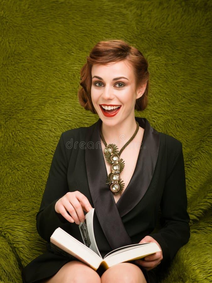 Lesung macht mich glücklich lizenzfreie stockfotografie