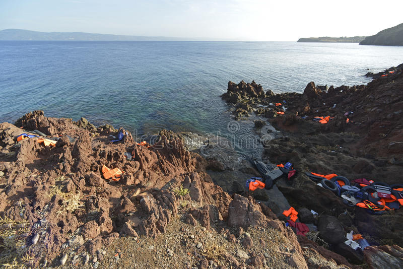 LESVOS, GRÈCE LE 12 OCTOBRE 2015 : Gilets de sauvetage, anneaux en caoutchouc que des morceaux des dinghys en caoutchouc ont jeté photographie stock libre de droits