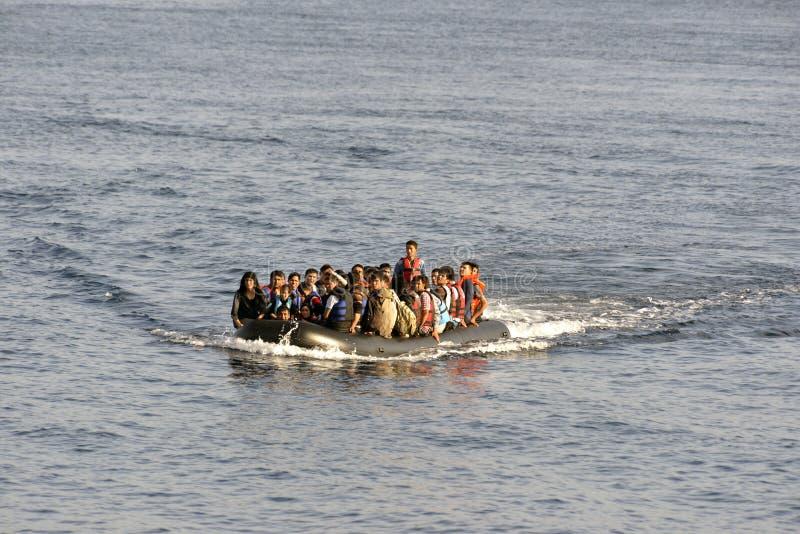 LESVOS, GRECIA 12 de octubre de 2015: Refugiados que llegan en Grecia en barco sórdido de Turquía fotos de archivo libres de regalías