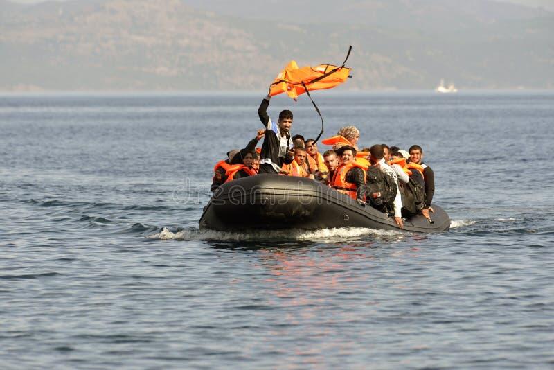 LESVOS, GRECIA 12 ottobre 2015: Rifugiati che arrivano in Grecia in barca sporca dalla Turchia immagini stock