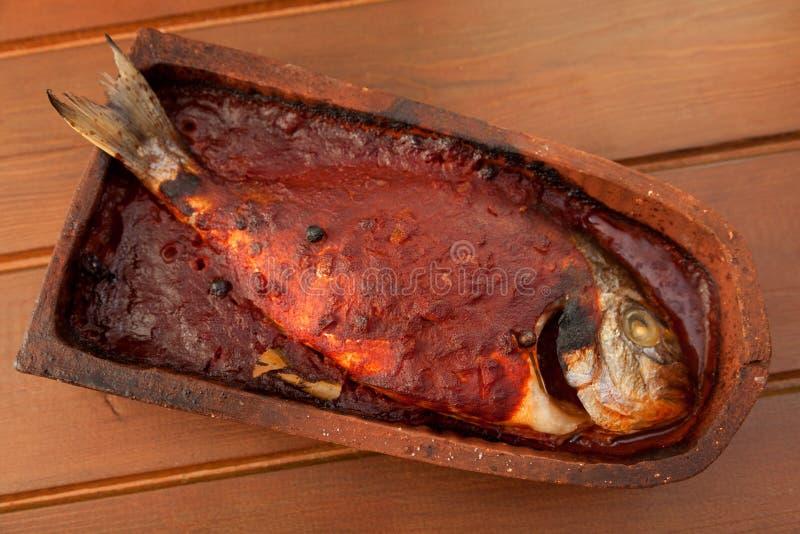 Leszcz ryba piec w dachowej płytce obrazy stock