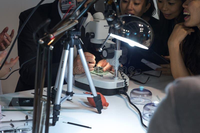 Let & is op de Eerste Tentoonstelling van Azië benieuwd Haute Horlogerie stock foto