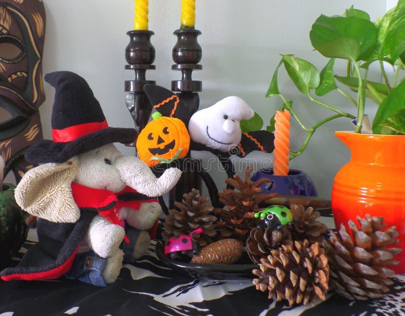 Let& x27; s comemora Dia das Bruxas o mais bonito com brinquedos bonitos!! fotografia de stock
