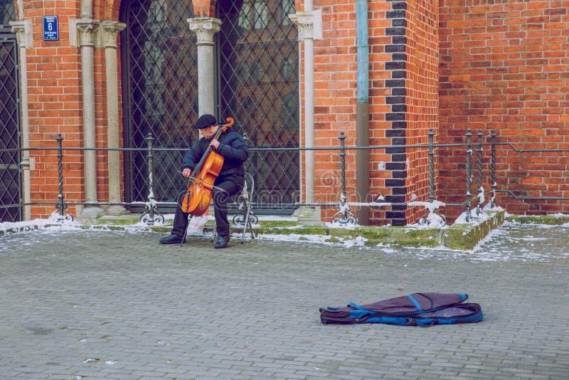 Letland, Riga, Straatmusicus, oud stadscentrum, volkeren en boog stock afbeelding