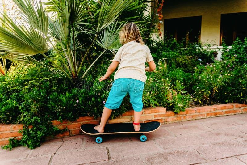 5-letni chłopiec praktykujący na swoim podwórku łyżwy boi się upadku fotografia stock