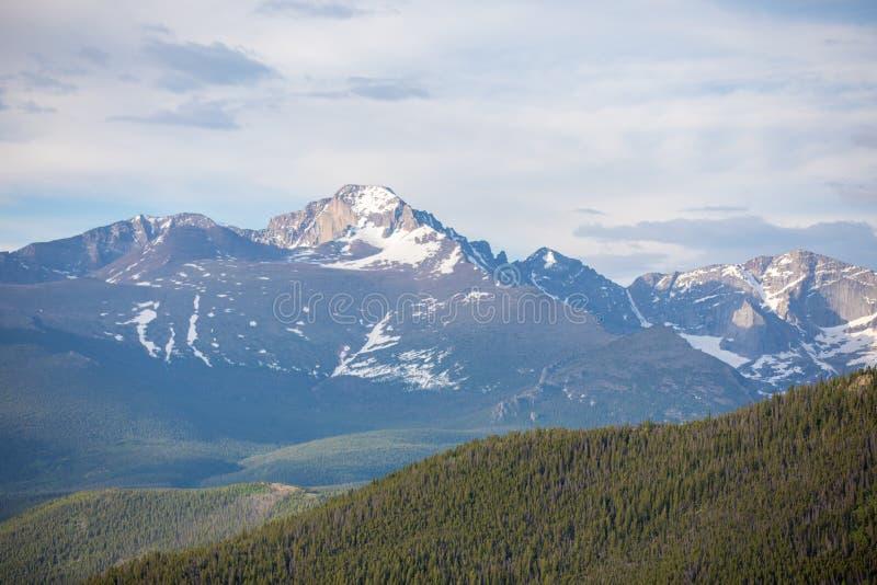 Letni dzień z niebieskim niebem i bielem Chmurnieje przy Skalistej góry parkiem narodowym w Kolorado zdjęcia stock