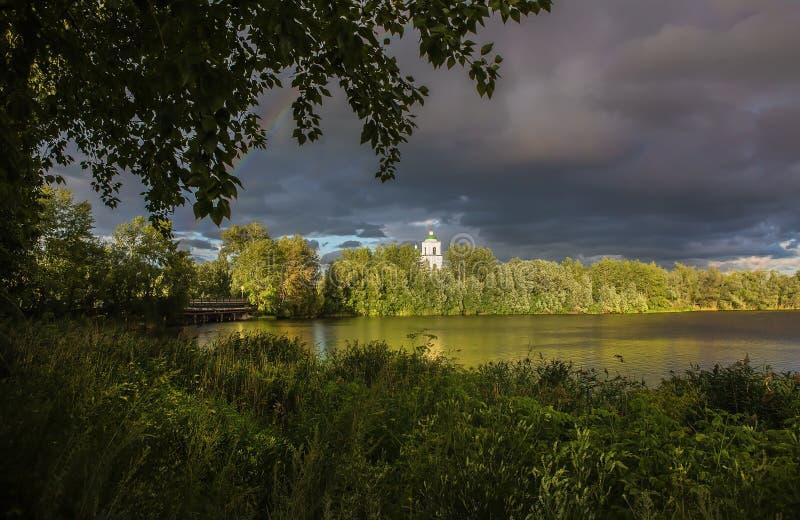 Letni krajobraz z kościołem chrześcijańskim nad rzeką obrazy stock