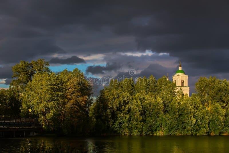 Letni krajobraz z kościołem chrześcijańskim nad rzeką zdjęcia stock