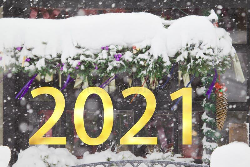 2021-letnie numery na temat opadających śniegów w tle świątecznym obraz stock