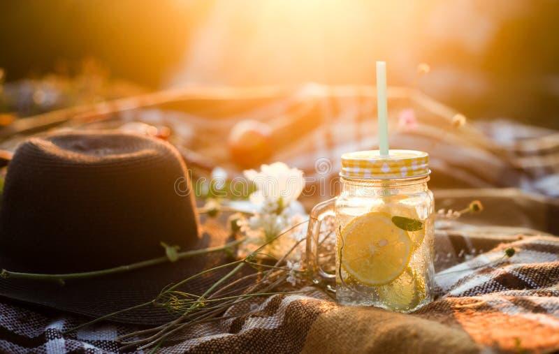 Letnie pikniki na zewnątrz, letnie słoiki na drinki z lemoniadą, plamione w ciepłym słońcu fotografia royalty free