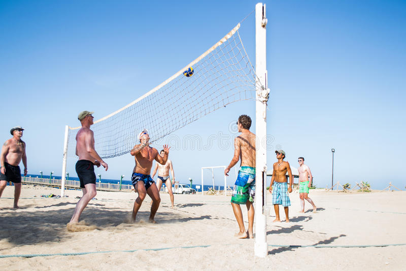 Letników mężczyzna bawić się w plażowej siatkówce, Egipt obraz stock