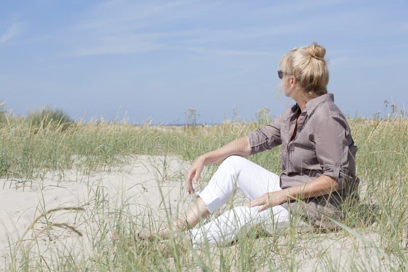 Letnika obsiadanie na plaży fotografia stock
