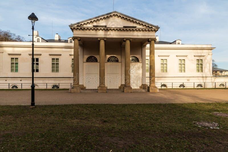 Letohradek Kinskych på den Kinskeho zahradaen i den Praha staden i Tjeckien royaltyfria bilder