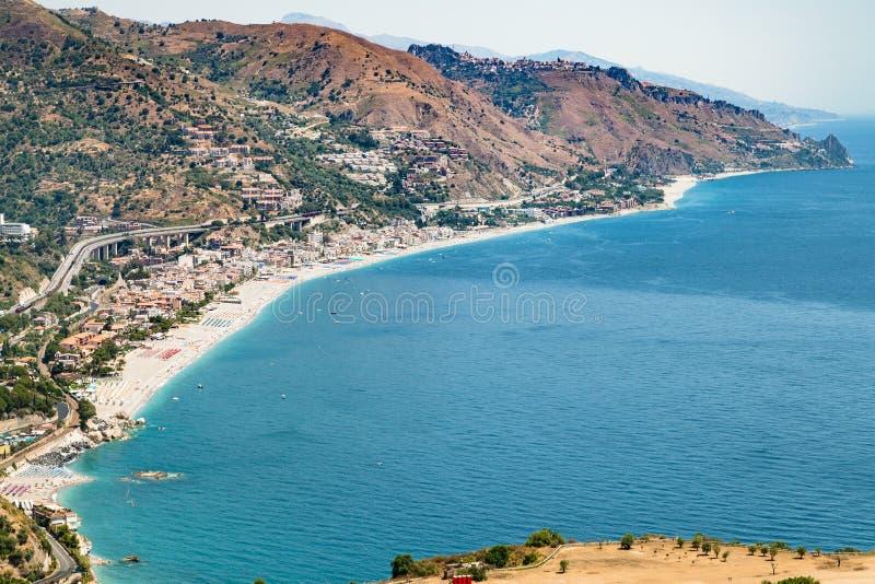 Letojanni semesterortby av kusten av det Ionian havet fotografering för bildbyråer