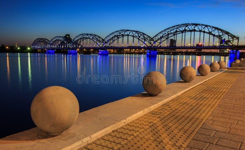 Letonia, Riga El puente ferroviario fotografía de archivo libre de regalías