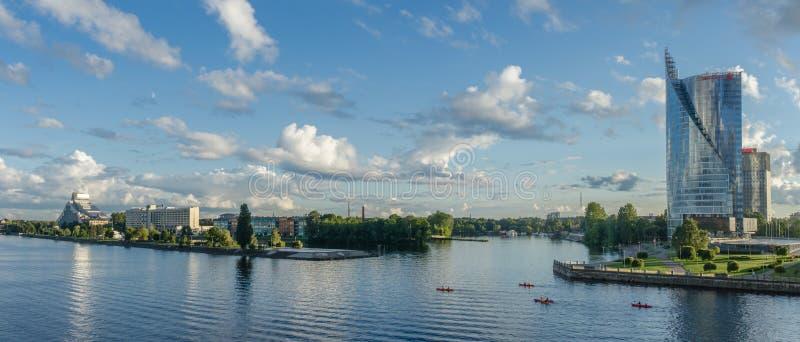 LETONIA RIGA opinión de la tarde de AGOSTO DE 2018 del río del daugava con los barcos que van a lo largo de la orilla en Riga fotografía de archivo