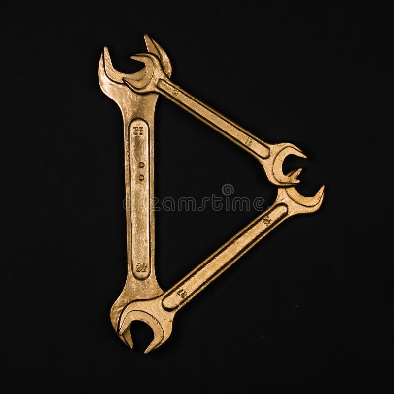 Letra D Alfabeto hecho de las herramientas de oro de la reparación imagen de archivo