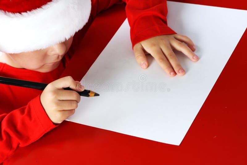 Letra da escrita da criança do ajudante do Natal a Santa Cla fotografia de stock