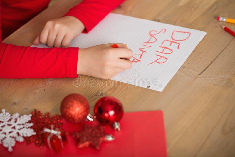 Letra da escrita da menina a Santa no Natal imagens de stock