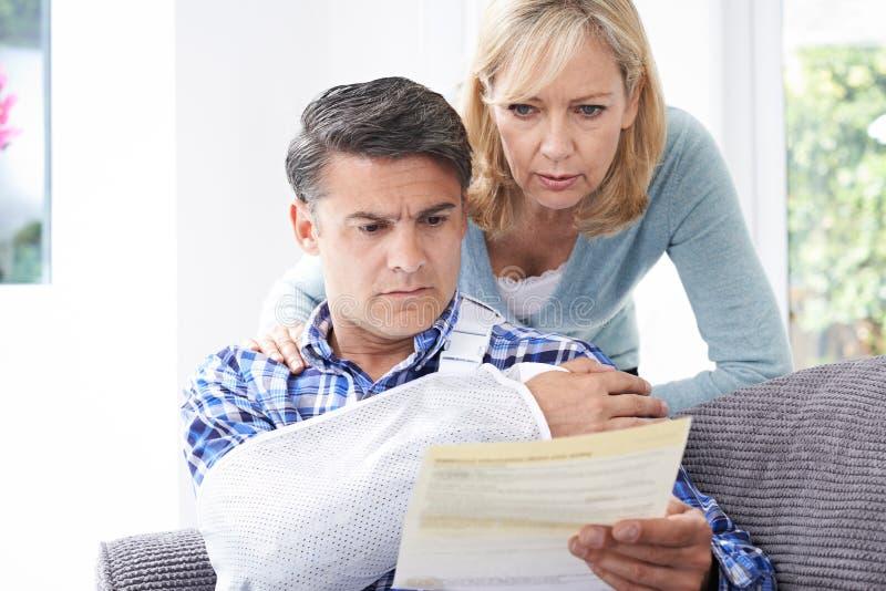 Letra da leitura dos pares sobre ferimento do marido fotografia de stock