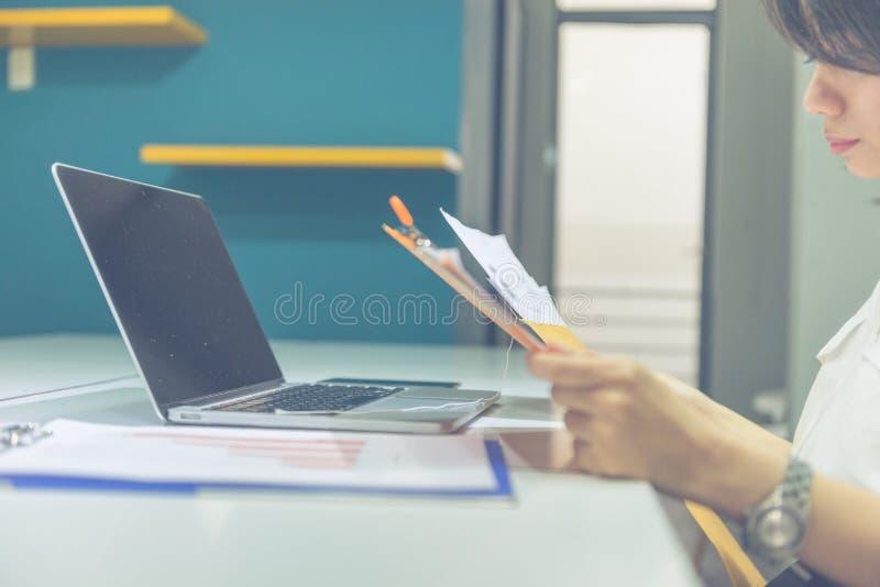 Letra da leitura da mulher do escritório no envelope marrom imagens de stock