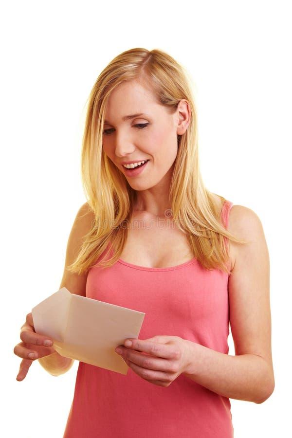 Letra de abertura feliz da mulher fotografia de stock royalty free