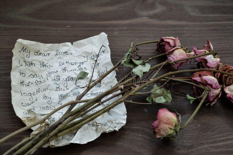 Letra de adeus com rosas murchos fotografia de stock royalty free