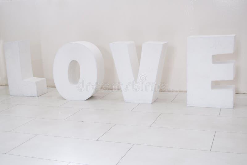 Letra de amor del material sólido blanco aislado en blanco fotos de archivo
