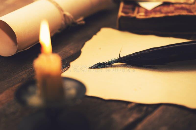 Letra de la escritura en luz de una vela Artículos vintages en la tabla imagenes de archivo