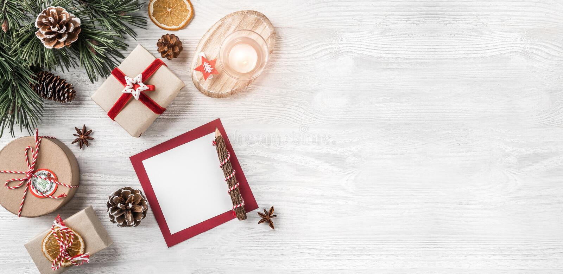 Letra de la Navidad para Papá Noel en el fondo blanco con los regalos, lápiz, ramas del abeto, conos del pino, vela Tema de Navid imagen de archivo