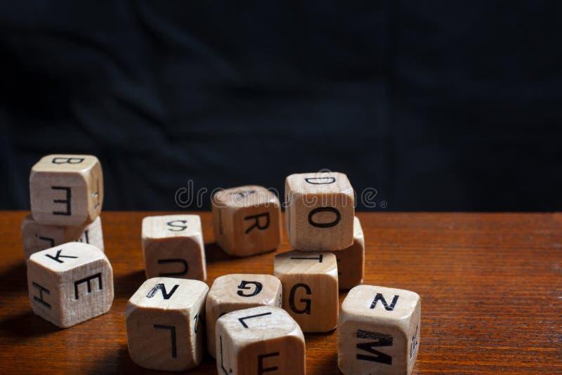 A letra de madeira aleatória corta fotografia de stock