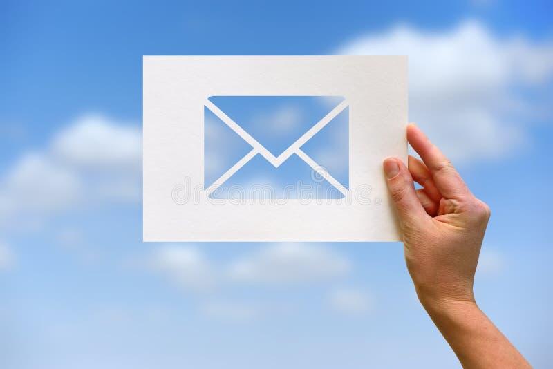 Letra de papel perforada de la comunicación de la red del correo electrónico imagen de archivo