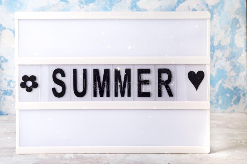 Letra del verano en el tablero llevado en la tabla Concepto de turismo, de viaje y de vacaciones del verano fotografía de archivo